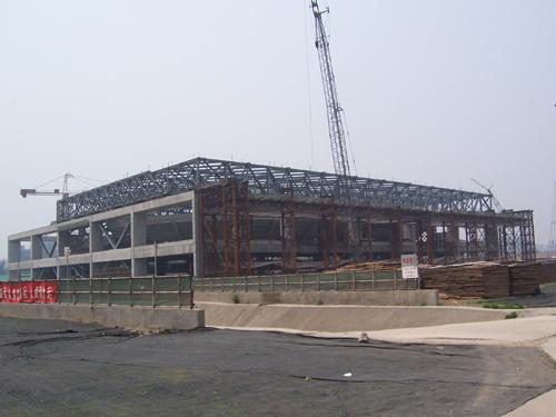 体育馆屋顶钢结构工程由 26 榀桁架及屋面系杆,水平支撑组成双向正交
